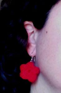 pendiente rojo flor