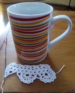 puntilla y taza de té