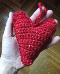 corazón rojo en mano